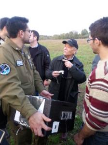 Mario I0AMW con alcuni degli studenti del Master nei momenti immediatamente successivi al recupero del payload